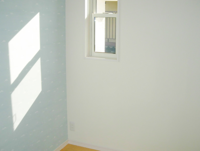 白を基調とした、明るい木の家